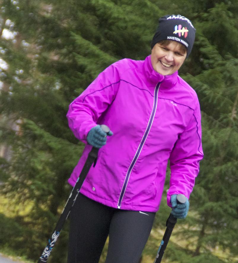 """Lenkkeillessään Marjo Piipponen käyttää vastussauvoja. """"Näissä on kuuden kilon vastus"""", hän kertoo."""