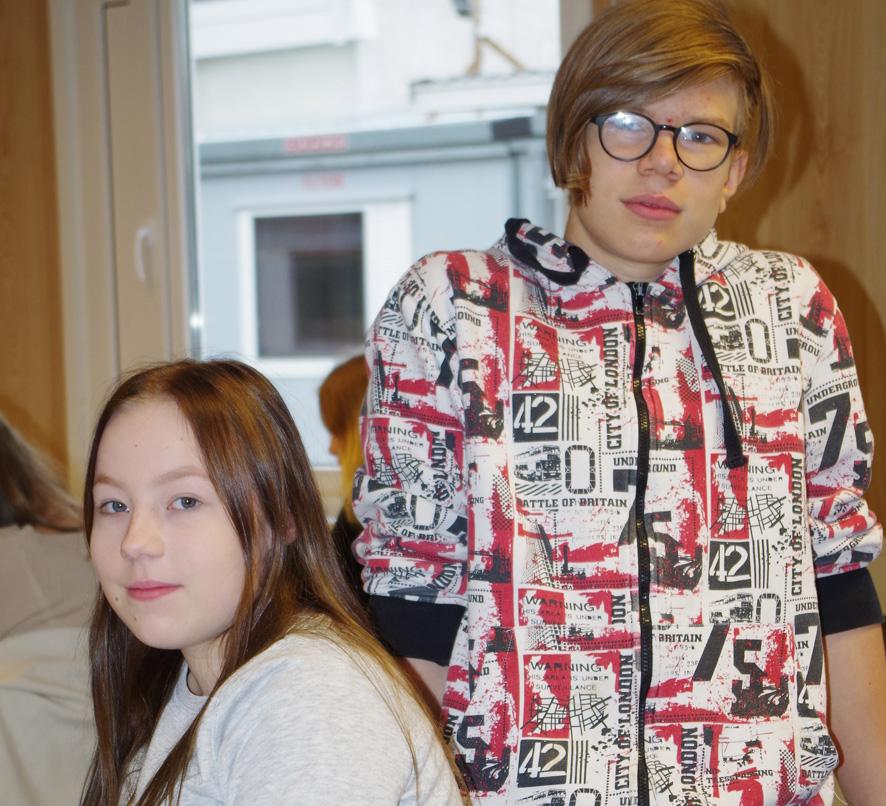 Enna Sallinen ja Verneri Riikonen opiskelevat äidinkieltä parakeissa Liperin kirkonkylällä.