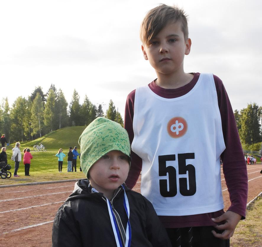 Dimitri avitti pikkuveljeään Aleksia, jolla on jo osanottomitali kaulassaan, ennen omaa juoksuaan.