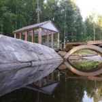 Tuula Sallisen pihassa on hyödynnetty upeasti maaston muotoja puutarhan yksityiskohtia suunnitellessa. Kuva: Tommi Sallinen