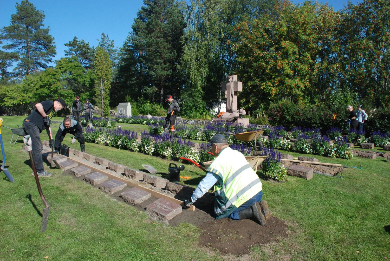 Sankarihautausmaalla on toistasataa hautakiveä, jotka nyt nostetaan paremmin esille.