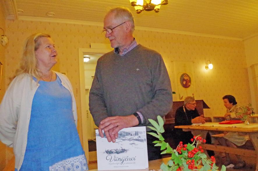 Ulla Lehtinen ja Pekka Varis tapasivat pitkästä aikaa ja muistelivat lapsuusaikaa Viinijärvellä.