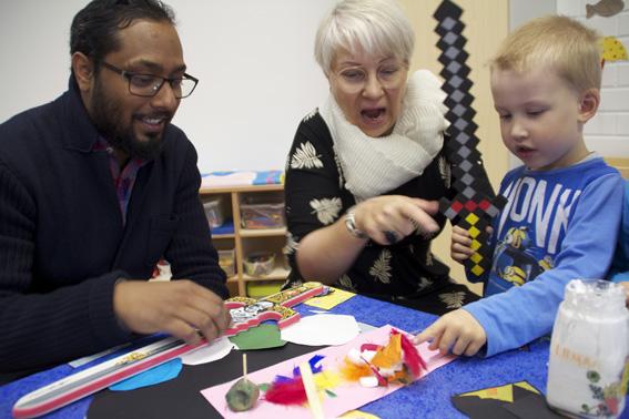 Nelivuotias Niilo näyttää leikkimisen mallia Sirkka Korhoselle ja Thomas Nukariselle.