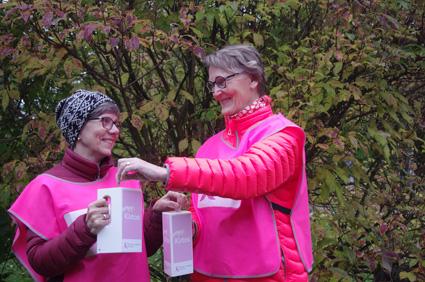Pirjo Pitkäkangas ja Tuula Ruskeakorpi ahkeroivat pinkkien lippaiden kanssa ensi viikolla.