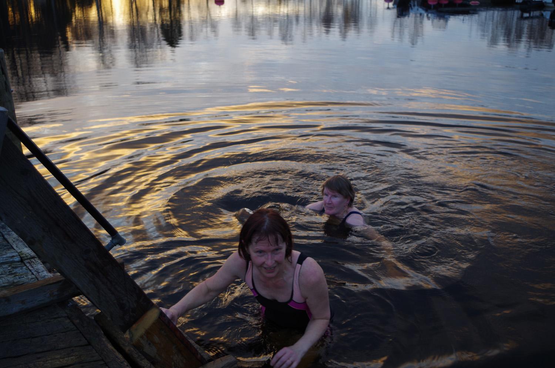 Sirpa Piironen (etualalla) ja Sylvi Korpelainen nauttivat pulahtaessaan viileään veteen.