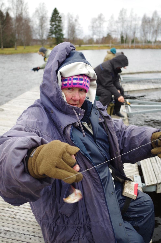 Irja Mononen nappasi kalan pilkillä.