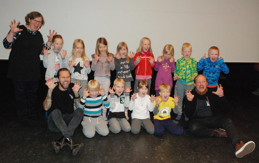 Rääkkylän koulun ekaluokkalaiset yhteiskuvassa Duudsonien ja opettajansa Riitta Hirvosen kanssa.