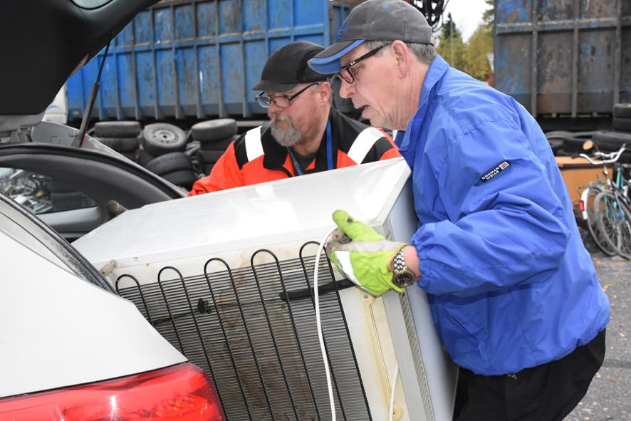 Sakari Löytönen (oik.) nosti Martti Nummisen avustuksella autostaan vanhaa jääkaappia.