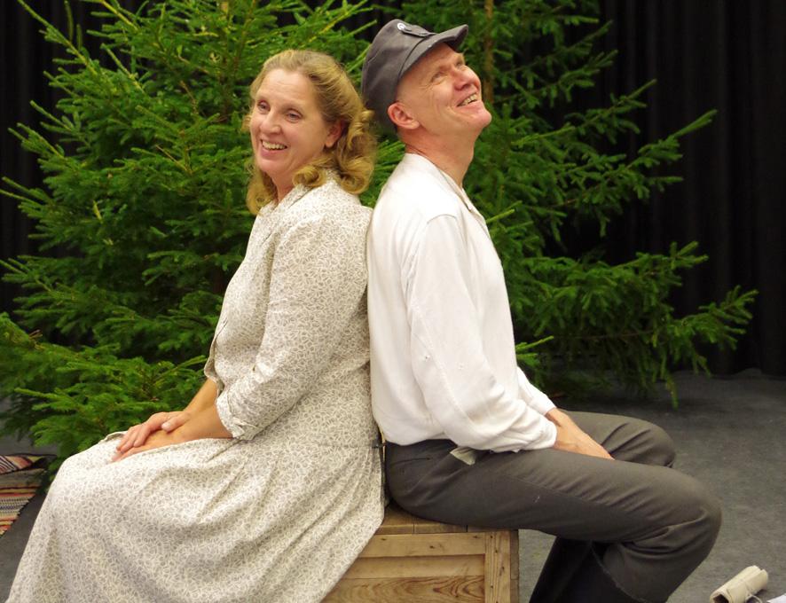 Marja-Liisa Turunen ja Juha Koljonen esittävät näytelmässä Hiljaa ja Veikkoa.