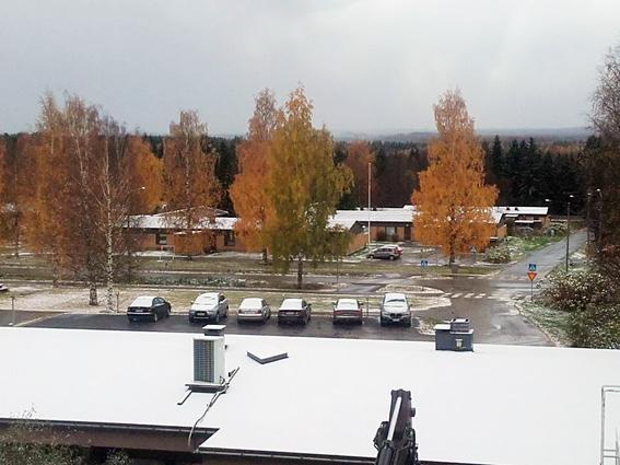 Rääkkylän kirkonkylällä lumi jäi jo maahan perjantaina. Kuva: Päivi Lievonen