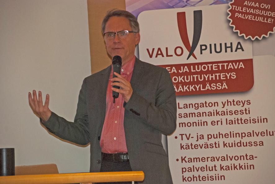 Tietoliikenneasiantuntija Petteri Järvinen suorastaan kadehtii Rääkkylän valokuitua; Espooseen sellaista ei saa rahallakaan omakotitaloon.
