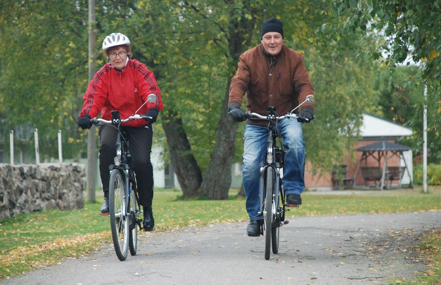 Pirjo Kähkönen ja Juhani Tujula ovat sähköpyöräilleet lähes kaikkialla Rääkkylässä, ja naapurikunnissakin on käyty.