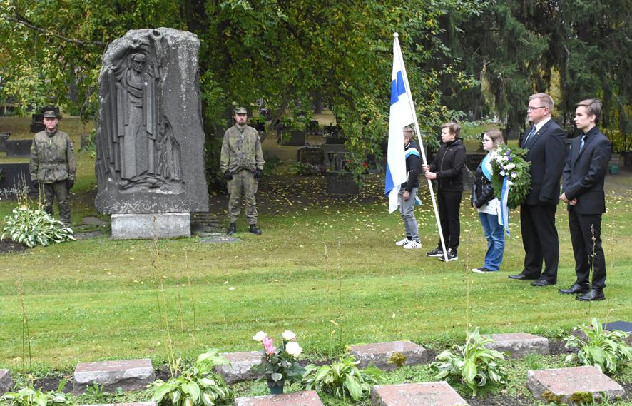 Seppelettä sankarivainajien muistomerkille olivat laskemassa Valtteri Hiltunen (oik.) ja Timo Mononen.