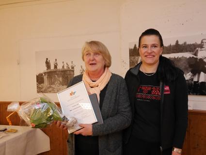 Anne Saukkonen (vas.) on vuoden maa- ja kotitalousnainen. Johanna Rinnekari ojensi hänelle tunnustuksen.