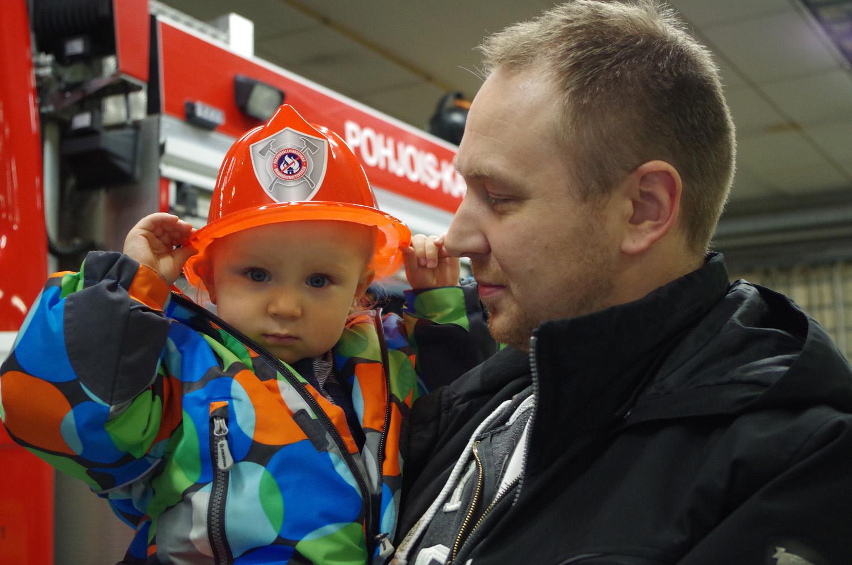 Tomi Rautiainen kävi Päivä paloasemalla –tapahtumassa poikansa Roopen kanssa.