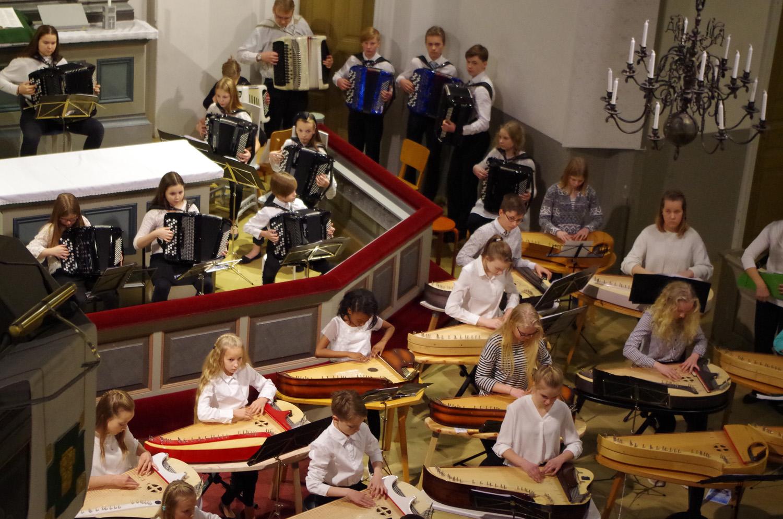 Itä-Helsingin musiikkiopiston harmonikka- ja kanteleryhmä vieraili Liperissä lauantaina.