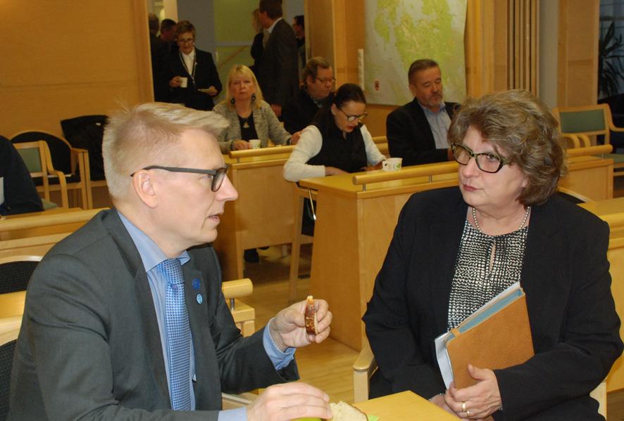 Ympäristöministeri Kimmo Tiilikainen ja rääkkyläläinen valtuutettu Tellervo Hurskainen keskustelivat metsäasioista, molemmilla kun on alan koulutus.