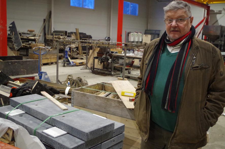 Toimitusjohtaja Pertti Mutanen silmäilee Kuukivi Design Oy:n Ylämyllyn tehtaalla betoniportaiden valmistusta.