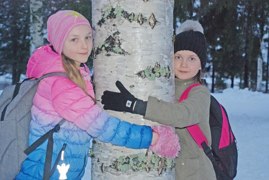 Suvi-Tuuli Kinnunen ja Nea Konttinen suuntaavat Rääkkylästä lasten itsenäisyysjuhlaan Helsinkiin.