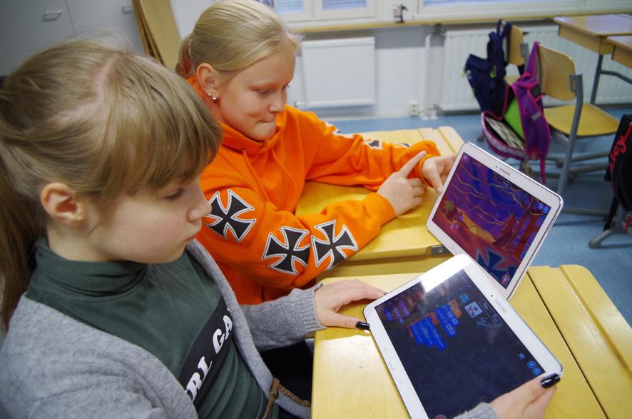 Sanja Sallinen ja Eewi Laeslehto tutustuvat dinopelin saloihin.