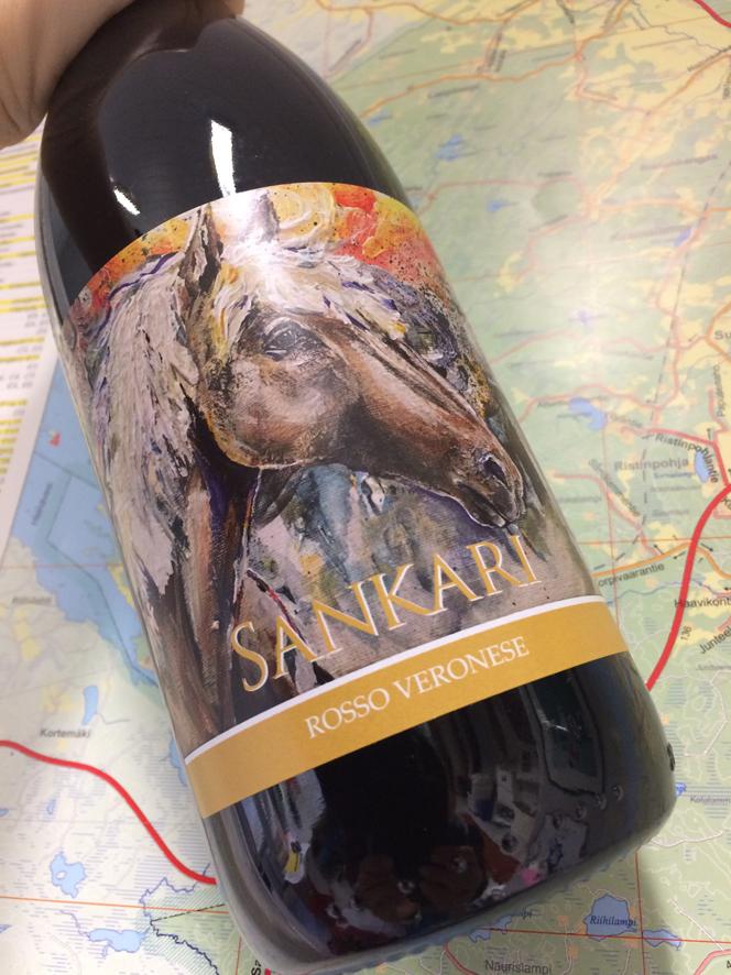 Sankari-viini sävyttää punaviinipulloa.