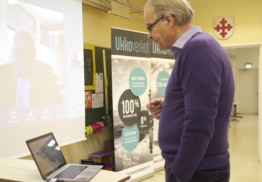 Ukkonet-palvelu otettiin käyttöön perjantaina Salokylän koululla. Eero Reijonen ja Matti Vuojärvi neuvottelivat nettiyhteyden välityksellä.