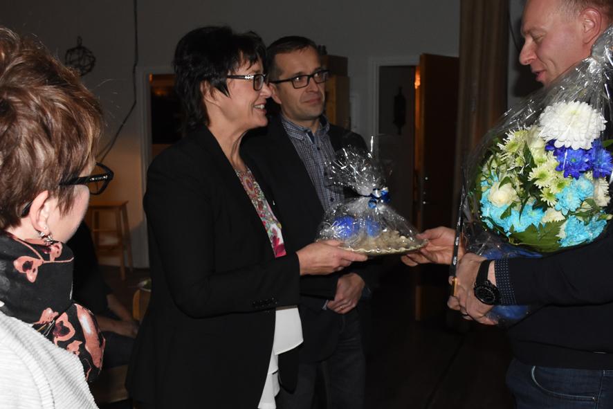 Yrittäjien puheenjohtaja Satu Hirvonen, kunnanjohtaja Hannele Mikkanen ja elinkeinojohtaja Mika Hyttinen muistivat vuoden yrittäjää Vesa Erosta.