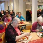 Sylvi Holopainen ja Elsa Martikainen (etualalla) olivat iloisia, että jouluruokailu tuotiin Viinijärvelle.