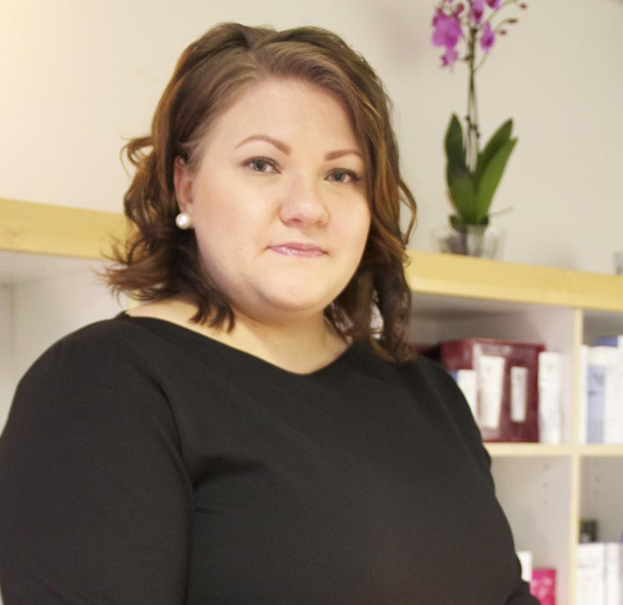 Vaiviosta kotoisin oleva Anne Rönkkö tietää, miten kynttiläöljyhieronta tehdään.