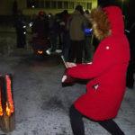 Marikka Koivurinne ikuisti kameraansa joulutulien hehkua vanhan kunnantalon pihalla.
