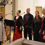 Kerosista Jari (oik.), Saara, Laura, Tommi ja Annika sekä Hannele Sorvari lauloivat ensimmäisen kappaleen yhdessä ilman säestystä.