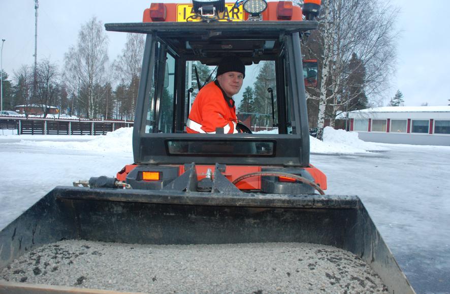 Rääkkylän Kiinteistöpalvelussa työskentelevän Juha Multasen päiviin kuuluu muun muassa hiekoitusta. Kuva: Päivi Lievonen