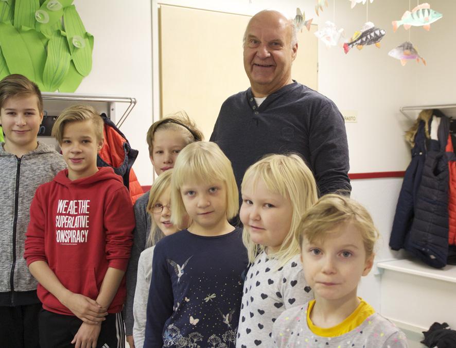 Timo Ilvonen tekee vapaaehtoistyötä koulu-ukkina Mattisenlahden kyläkoululla.