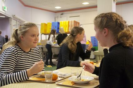 Vilhelmiina Karhu (vas.) ja Milma Parkkinen syövät kouluruokaa joka päivä.