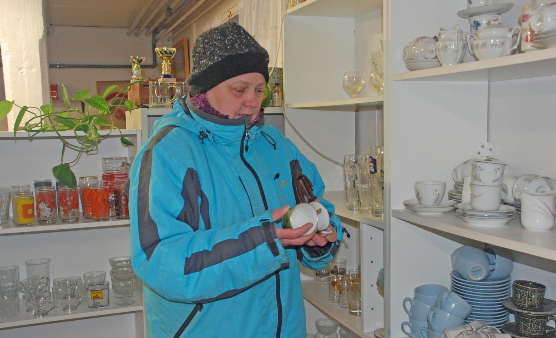 Auli Grönroos katsasti astiavalikoimaa kirpputorin loppuunmyynnissä.