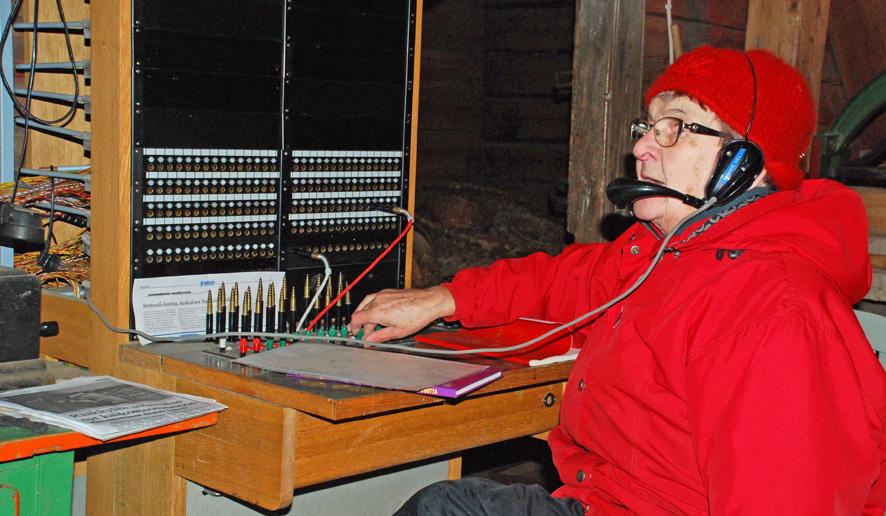 Rääkkyläläinen Pirkko Hirvonen on työskennellyt nuorena tyttönä puhelunvälittäjänä.