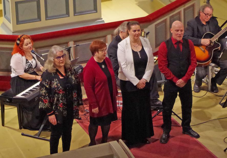 Liperin Runo- ja laulumaailma esiintyi Liperin kirkossa tiistai-iltana.