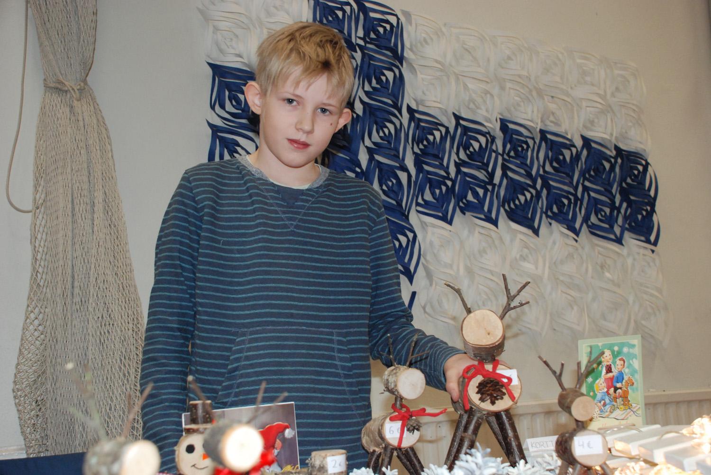 Jaakko Mäenpään puukäsitöitä sisältäneellä myyntipöydällä kävi kuhina.