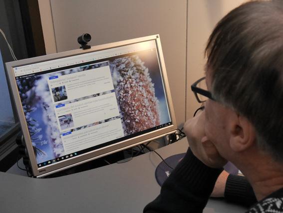 Pekka Hirvonen tutkailee verkkolehteä mieluiten isolta tietokoneen ruudulta. Otsikoita hän joskus selailee myös kännykän ruudulta.
