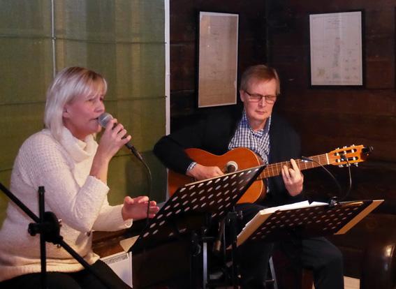 """Askel-bändistä esiintymään pääsivät vain Heli Solonen ja Matti Siikanen. """"Peruin esteiden ilmaannuttua tulomme, mutta sitten aloin miettimään, ettenkö ole valmis palvelemaan"""", Solonen kertoi saamastaan opetuksesta."""