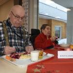 Paavo ja Mirjam Nissinen ruokailevat kaksi  kertaa päivässä valoisassa ruokasalissa.