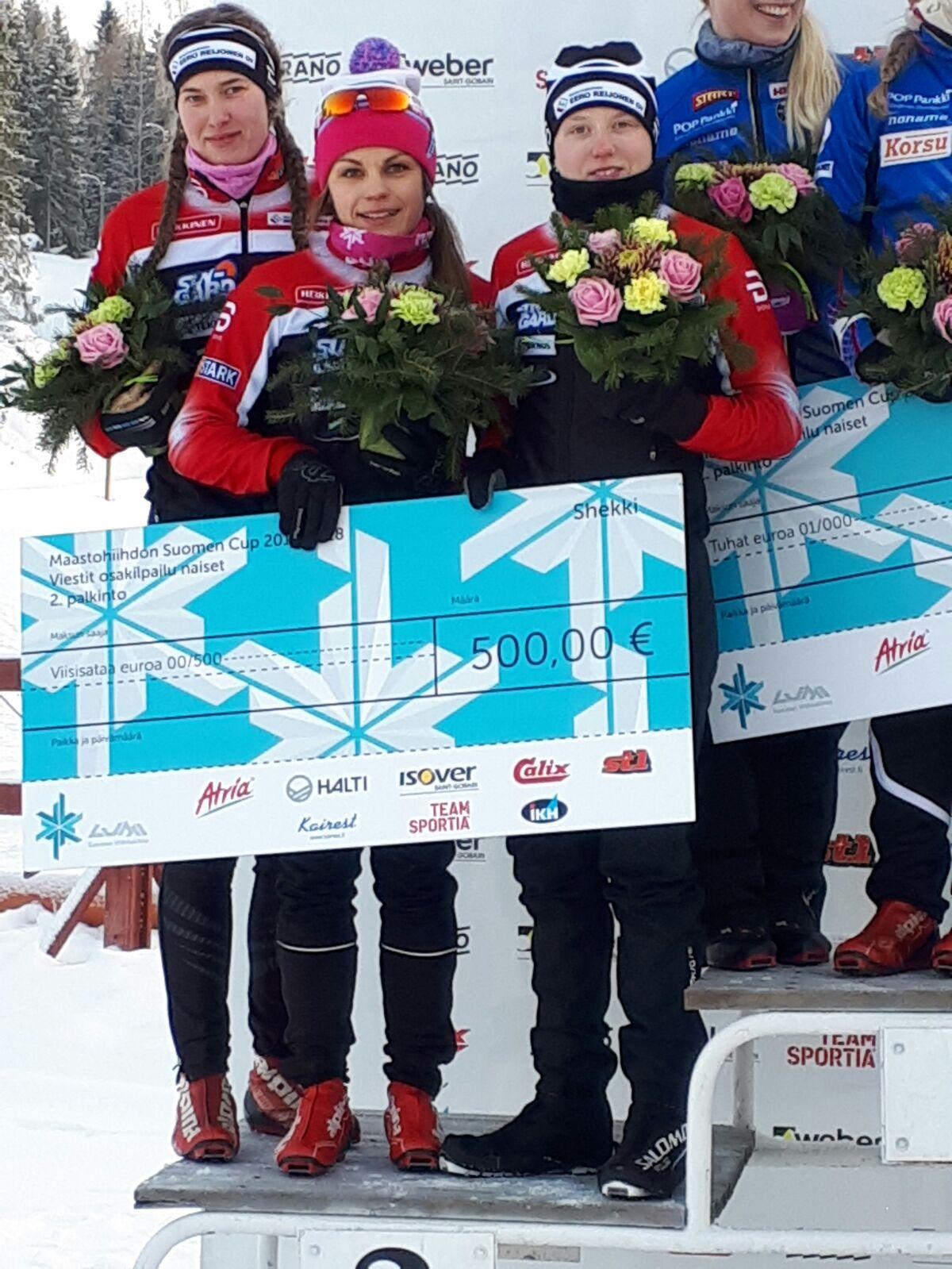 Kuvassa hopeatiimi Ilona (vas.), Jenni ja Petra. Kuva: Ari Niiranen
