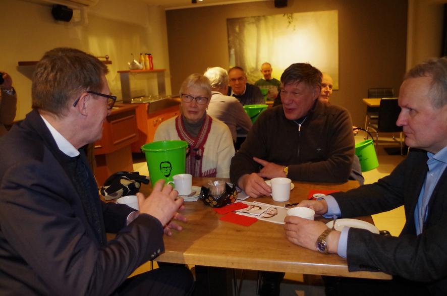 Liperiläiset Riitta ja Olli Laaninen toivat huolensa suomalaisen ruoan tuottamisen arvostuksesta presidenttiehdokas Matti Vanhaselle. Kuvassa oikealla Hannu Hoskonen.