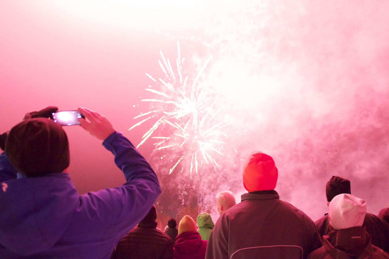 Ilotulitusraketit valaisivat talvisen taivaan näyttävästi Pärnävaaralla.