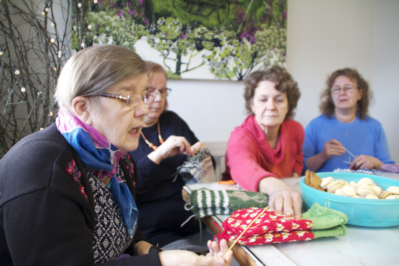 Hilkka Naumanen (vas.), Maija Luostarinen, Birgitta Sallinen ja Seija Riissanen viihtyvät neulomusten äärellä.