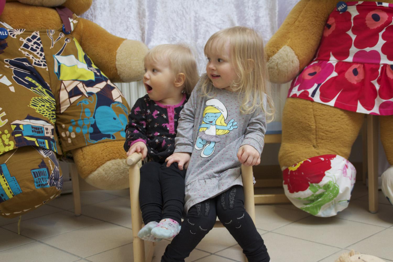 Ilona ja Janni viihtyvät Ylämyllyn monitoimitalolla järjestetyssä perhepäivässä.