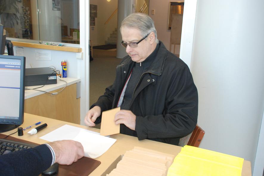 Timo Paakkunainen leimautti äänestyskorttinsa maanantaina.