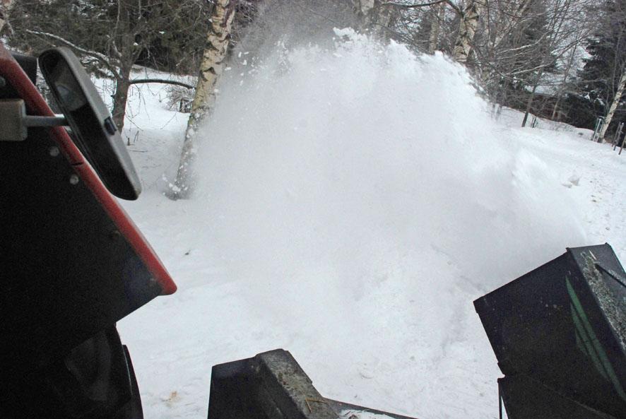 Pakkaslumen tupruaminen lingosta on tänä talvena ollut harvinainen näky. Useimmiten kulkuväyliä on kunnostettu suvilumen aikaan.