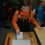 Esikoululainen Jimi Tolvanen pääsi harjoittelemaan äänestämistä.
