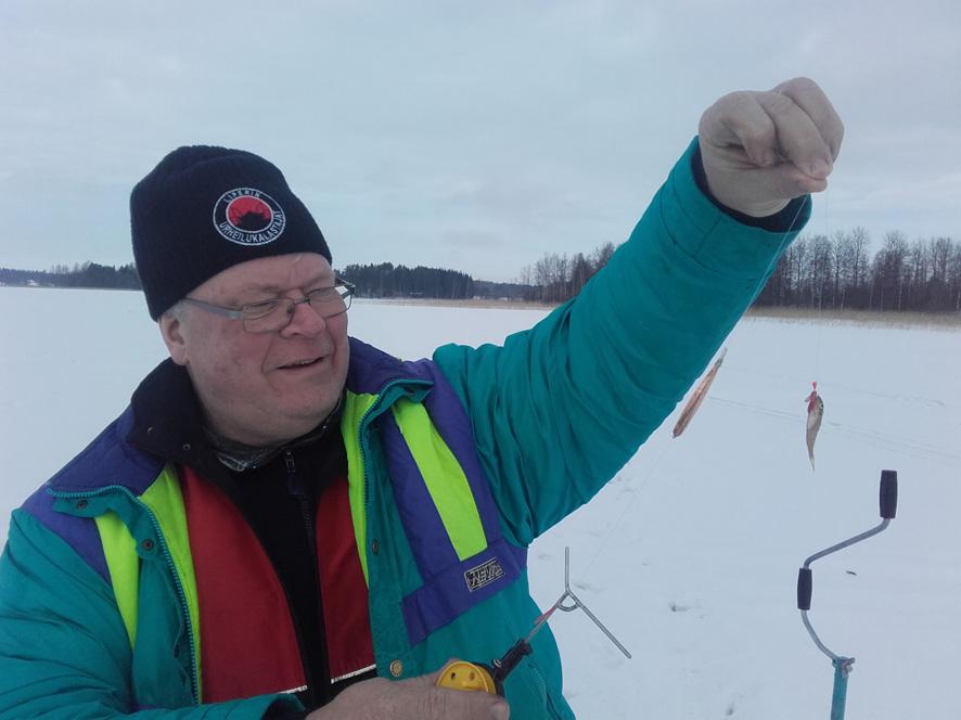 Juha Kosonen näyttää kiiskisaalista, joka ei taida olla siitä suurimmasta päästä saalista.